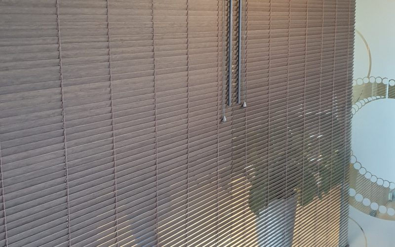 Żaluzje drewniane w salonie VITALLABS w Gdańsku. Ciekawy efekt po