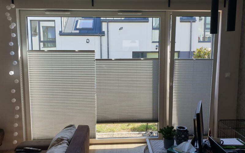 Ciekawe rozwiązanie na szerokie okna - plisa podzielona na dwie części. Rozwiązanie bardzo funkcjonalne, dające świetny efekt wizualny.